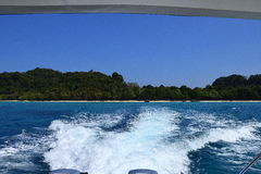 Fartyg som lämnar den tropiska ön royaltyfria bilder