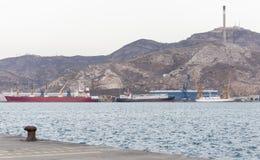 Fartyg som lastar av material på porten arkivfoton