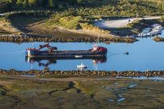 Fartyg som muddrar en flod i Spanien Royaltyfria Bilder