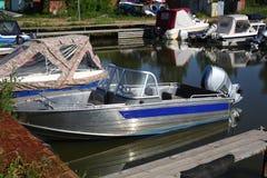 Fartyg som parkerar - olika små fartyg på förtöja Arkivfoton