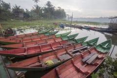 Fartyg som parkerar på Rawa som Pening sjön, Indonesien royaltyfri fotografi