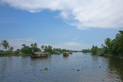 Fartyg som passerar på de Keralan avkrokarna Royaltyfria Foton