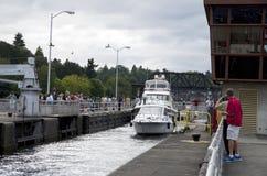Fartyg som passerar skepplås Fotografering för Bildbyråer