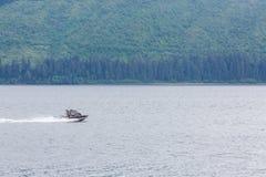 Fartyg som rusar den förgångna alaskabo vildmarken Fotografering för Bildbyråer