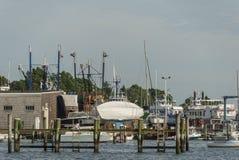Fartyg som samla i en klunga på den Fairhaven boatyarden Arkivfoto