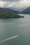 Fartyg som seglar över drottningen Charlotte Sound Arkivbilder
