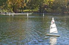 Fartyg som seglar i Central Park, New York royaltyfri fotografi