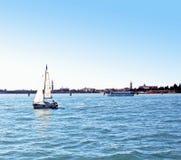 Fartyg som seglar i golfen av Venedig 5 Arkivbilder