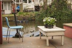 Fartyg som seglar ner kanalerna i Amsterdam Arkivfoto