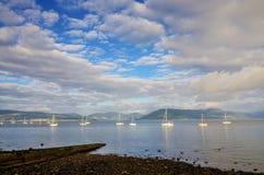 Fartyg som seglar på floden Clyde Fotografering för Bildbyråer