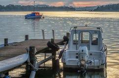 Fartyg som seglar på skymning Royaltyfri Foto