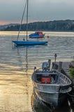 Fartyg som seglar på skymning Arkivfoto