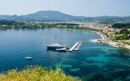 Fartyg som skriver in en hamn i Korfu Royaltyfria Foton