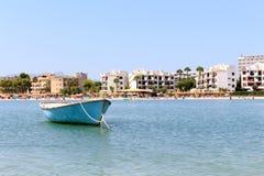 Fartyg som svävar i ett lugna vatten i den spanska ön av palmaen mallorca Arkivfoto
