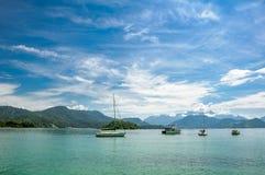 Fartyg som svävar i turkosvattnet bredvid stora Ilha, Angra DOS Reis royaltyfria foton
