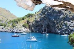 Fartyg som svävar på det blåa cristal klara havet Royaltyfri Bild