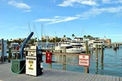 Fartyg som tankar stationen i Clearwater strandhamn Arkivbilder