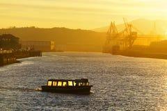 Fartyg som transporterar folk på soluppgång Arkivfoton