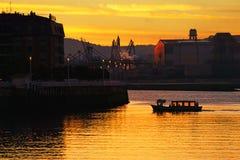 Fartyg som transporterar folk på soluppgång Royaltyfri Fotografi