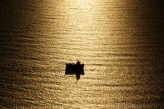 fartyg som under fiskar den midnight sunen Arkivfoto