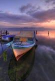 Fartyg som väntar i solnedgång Arkivbilder