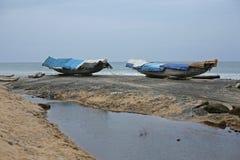 Fartyg som väntar på mer ganska väder i Varkala, Indien Arkivfoton