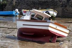 Fartyg som väntar på tidvattnet i en irländsk fjärd royaltyfria foton