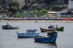 Fartyg, strand och Lima Royaltyfria Bilder