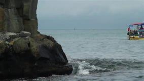 Fartyg svävar nära monumentet som står i havet arkivfilmer