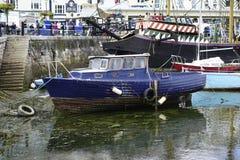 Fartyg tömmer nästan hamnhamnen Brixham Devon England UK Arkivfoto