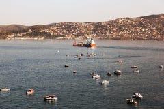 Fartyg, tankfartyg, fiskebåtar och kustbevakning i bosphorusen, Istanbul Arkivbild