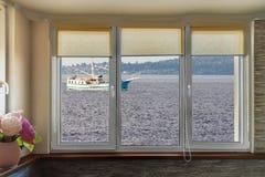 Fartyg till och med fönster Arkivfoto
