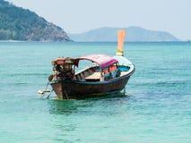 fartyg Traditionellt lokalt thai fartyg för lång svans i det härliga blåa havet i sommar Lipe ö, Thailand Royaltyfri Foto