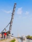 Fartyg under den lyftta bron Fotografering för Bildbyråer
