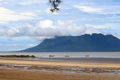 Fartyg under lågvatten i vattnet av Borneo Fotografering för Bildbyråer