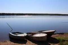Fartyg vid floden fotografering för bildbyråer