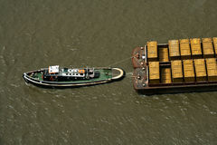 fartygbehållare som drar avskrädebogserbåten Royaltyfri Bild