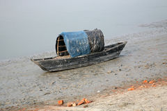 Fartyget av fiskare strandade i gyttjan på lågvatten på flodMalta den near staden på burk, Indien Royaltyfri Bild