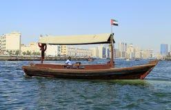 fartyget dubai taxar vatten Royaltyfria Bilder