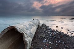 Fartyget efter cementpipeline Royaltyfria Foton