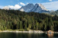 Fartyget förlägga i barack på en fantastiskt härlig Tyrolian bergsjö i Austra Fotografering för Bildbyråer