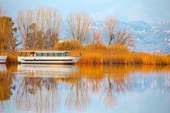 Fartyget förtöjde på sjön Massaciuccoli Torre del Lago, Tuscany Arkivbild