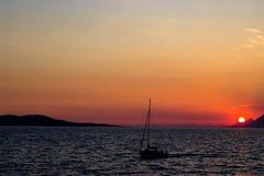 Fartyget i havet i Makarska, Kroatien Arkivfoto