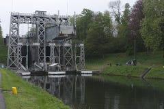 Fartyget lyfter Kanal du Mitt Royaltyfri Foto