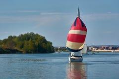 Fartyget med färgrikt seglar arkivfoto