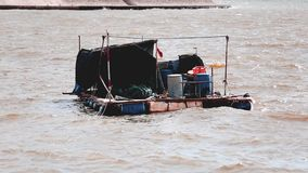 Fartyget med kormoranfåglar, traditionellt fiske i Kina bruk utbildade kormoran fiskar lager videofilmer
