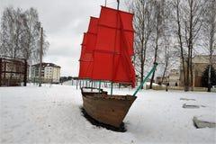 Fartyget med ljust rött seglar, installation, designen, en skoladomstolgård, vintern, snö, fotografering för bildbyråer