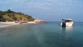 Fartyget med turister lämnar ön lager videofilmer