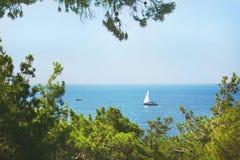 Fartyget med vit seglar på havet Royaltyfri Foto