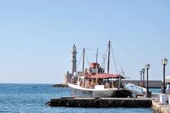 Fartyget nära den Venetian fyren Royaltyfri Fotografi
